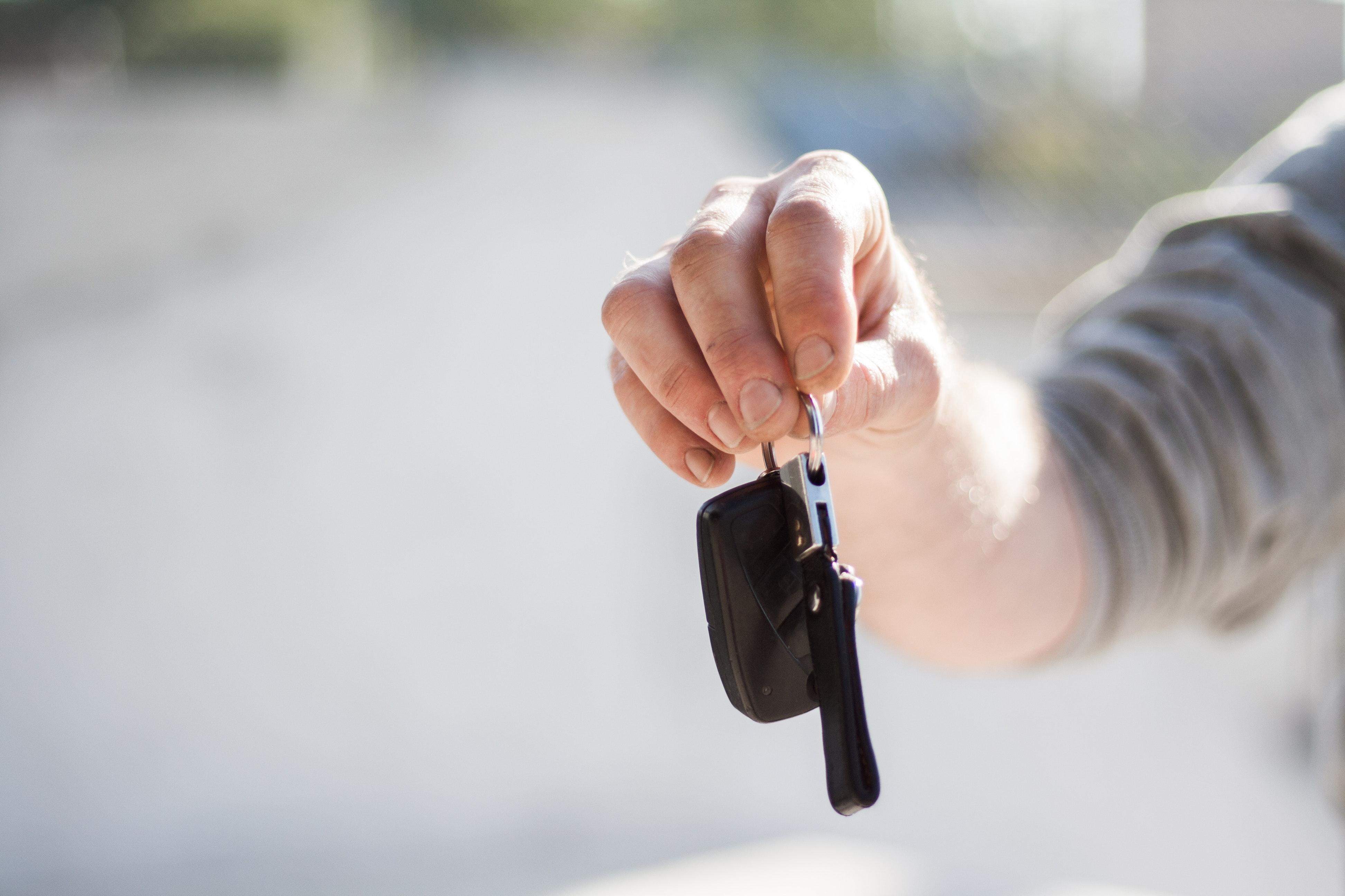 Hand som håller bilnyckel